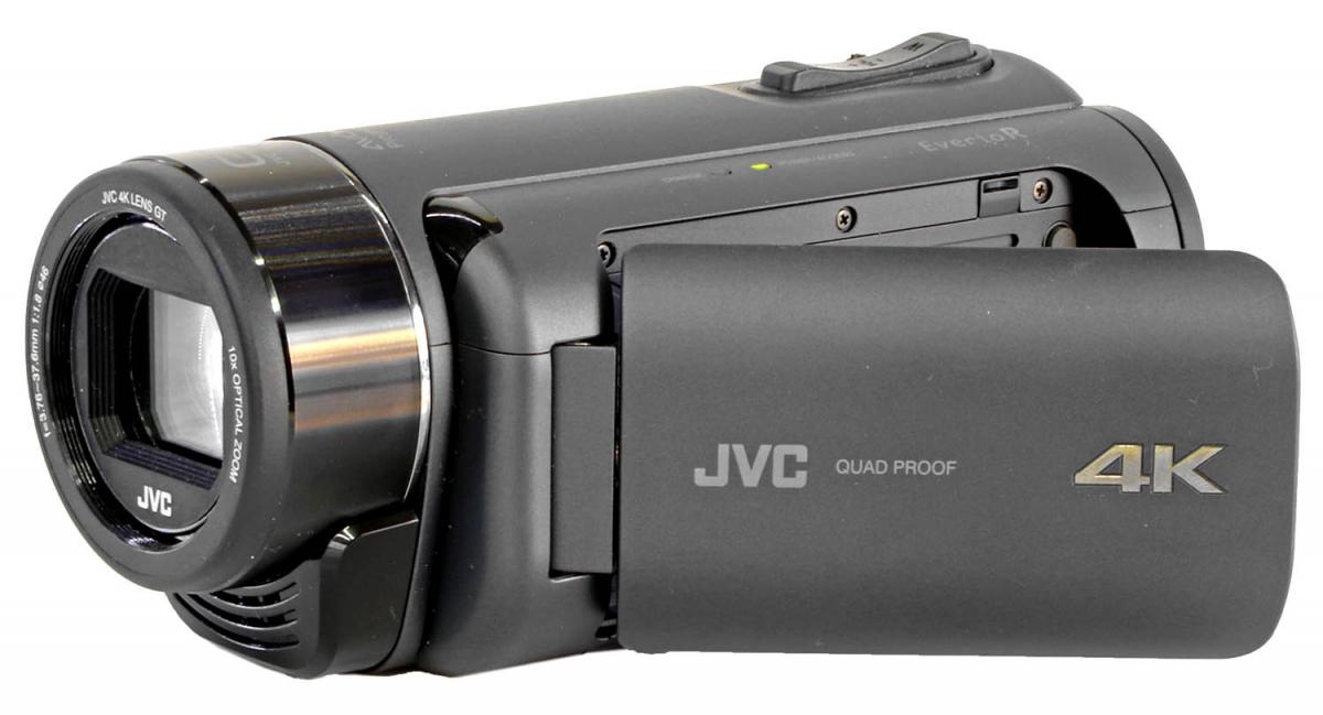 Videokamera JVC GZ-RY980 v přední perspektivě...